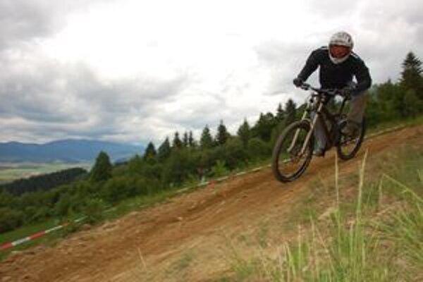 Jazdec Hobby Full Aleš Hrebík z liptovského DH PROFreeride-TBM teamu na trati v Polomke.