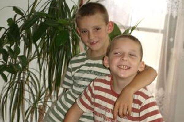 Osemročný Marcel (vľavo) a deväťročný Štefan sú kamaráti v dobrom i v problémoch. Ako všetci chlapci aj oni sa dokážu bratsky pobiť či pohádať za miesto pri počítači.