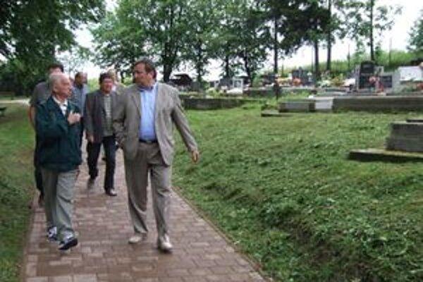 Nový chodník na cintoríne v Ondrašovej.