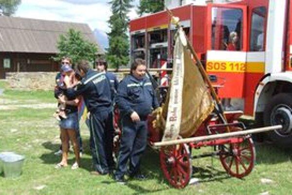 """Vedrá, staré ručné striekačky aj najmodernejšie hasičské autá sa """"stretli"""" v Múzeu liptovskej dediny na programe Na slávu hasičov."""