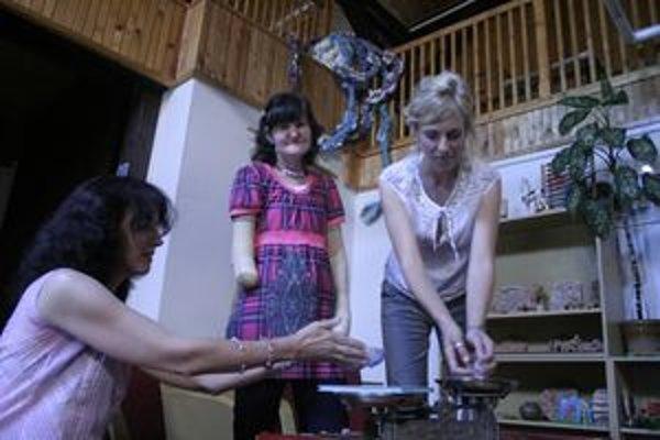 """Novú básnickú zbierku Radky Berešíkovej (v strede)  """"pokrstili"""" kryštálmi liptovské poetky Andrea Jozefčeková (vpravo)   a  Anna Ondrejková."""
