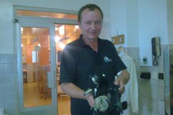 Český turista ukazuje, ako mu blesk zničil topánku.
