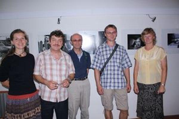 Tatiana Kandriková (zľava), Vlado Škuta st., Zdeno Kostka, Dušan Rázus a Helga Tomondyová na vernisáži výstavy  liptovských fotografov v  Košiciach.