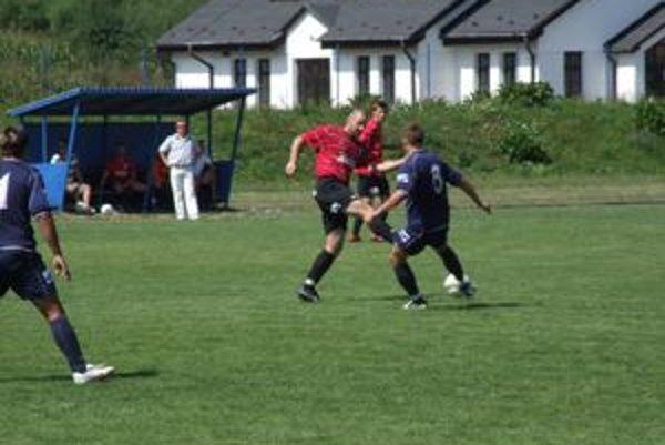 Vo viacerých liptovských obciach bude aj dnešná nedeľa patriť futbalu.