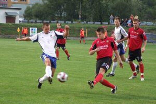 Tomáš Virgala (v červenom) v súboji o loptu s hráčom Dolného Kubína.