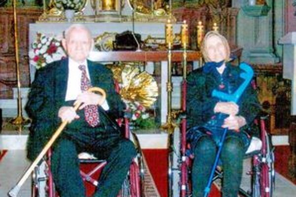 Storočný Štefan Mezovský s manželkou Máriou  žijú spolu už takmer sedemdesiatsedem rokov. Pred narodeninovou oslavou boli v kostole na svätej omši.