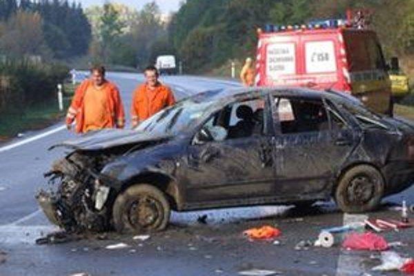 Do reťazovej nehody bolo zapojených desať áut. Zranili sa štyria ľudia.