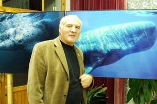 Organizátor festivalu a predseda Klubu potápačov Poprad Pavel Svitánek so svojimi gigantskými láskami.