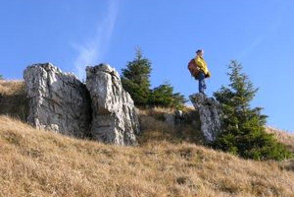 Tri skamenené babky stoja tesne pod vrcholom Babiek v nadmorskej výške 1550 metrov.