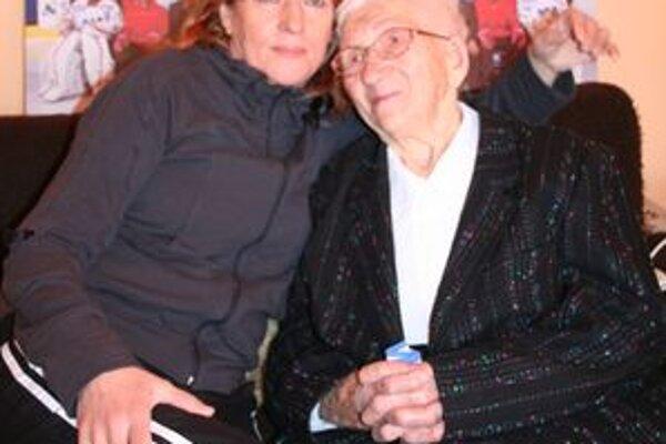 Stojedenročná Mária Hliničanová, najstaršia  mikulášska volička a hokejová fanúšička s vnučkou Ľubou Droppovou, ktorú si často mýlili s prezidentskou kandidátkou Ivetou Radičovou.