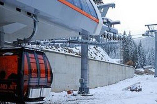 V lyžiarskom stredisku Jasná začali vešať prvé kabínky unikátnej lanovky. Spolu ich bude 65.