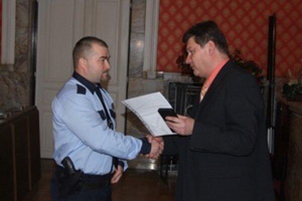 Ocenený príslušník mestskej polície Radomír Repa s náčelníkom Ivanom Stromkom.