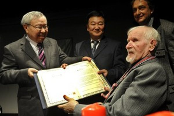 Básnikovi Milanovi Rúfusovi (vpravo) odovzdali vlani v  decembri v Bratislave cenu Crane Summit 2008 pri príležitosti jeho 80. narodenín.  Osemdesiatych prvých narodenín sa Majster, žiaľ, nedožil.
