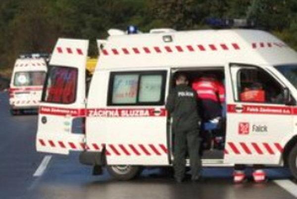 Záchranári muža, ktorý bol pri vedomí, previezli do nemocnice.