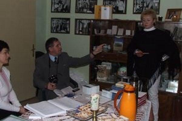 Pamätníci spomínali v Dome Milana Rúfusa najmä na básnika ako otca Zuzanky, ktorá potrebuje mimoriadnu starostlivosť. Na fotografii zľava Slavomíra Očenášová - Štrbová, Dušan Migaľa a Soňa Barániová.