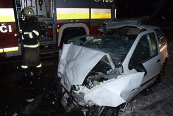 V tomto aute sa dvaja pasažieri pri nehode zranili ťažko.