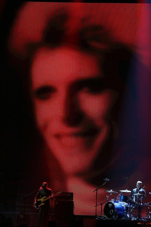Kapelu Davida Bowieho na pódiu doplnila speváčka Lorde.