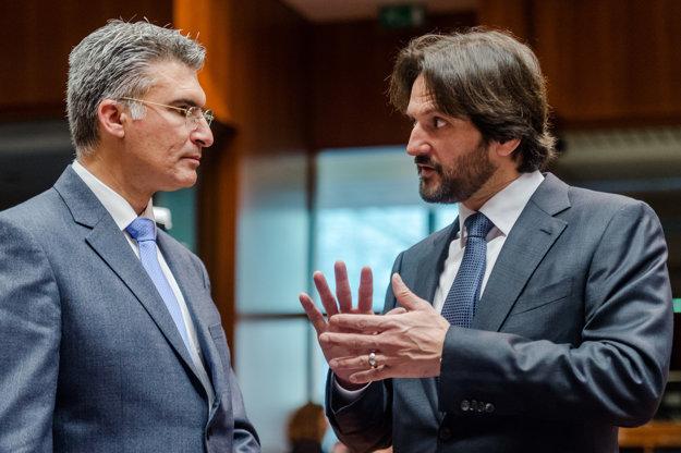 Minister vnútra Róbert Kaliňák pri rozhovore s kolegom z Malty Carmelom Abelom v Bruseli.