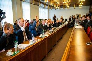 Ústavnoprávny výbor hlasuje o tom, či Robert Fico spĺňa podmienky na ústavného sudcu.