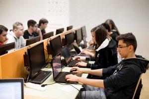 Fakulte informatiky a informačných technológií STU v Bratislave sa podarilo zavedením štvorročných konverzných bakalárskych programov zachytiť a rozvinúť potenciál tých študentov, ktorí majú na vysokoškolské štúdium, no mali slabšiu prípravu.