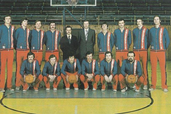 Družstvo Slávie VŠT Košice z roku 1977. Jiří Zídek celkom vpravo v hornom rade.