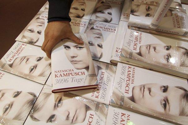 Kniha s názvom 3 096 Tage (3 096 dní) od Nataschi Kampuschovej , ktorú uniesli a väznili 8 a pol roka , je vystavená v jednom z viedenských kníhkupectviev  pri príležitosti začiatku predaja jej autobiogragie,   7. september 2010.