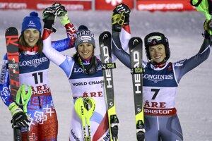 Zľava strieborná Petra Vlhová, zlatá Wendy Holdenerová a bronzová Ragnhild Mowinckelová.