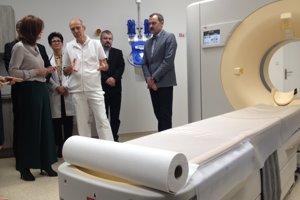 Primár rádiológie Tibor Firický v diskusii s ministerkou pri novom CT.