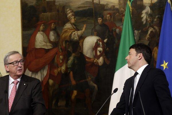 Taliansky premiér Matteo Renzi (vpravo) na tlačovej konferencii s predsedom Európskej komisie Jeanom-Claudom Junckerom.