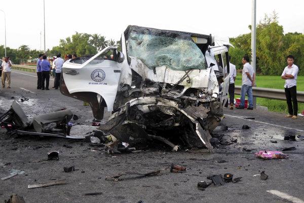 Zničený mikrobus po dopravnej nehode v provincii Quang Nam v strednej časti Vietnamu.