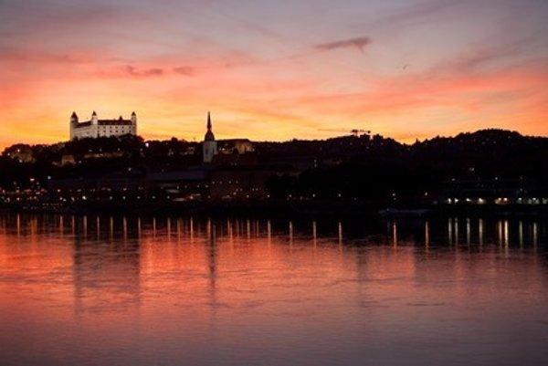 Do tmy sa ponorí aj Bratislavský hrad.