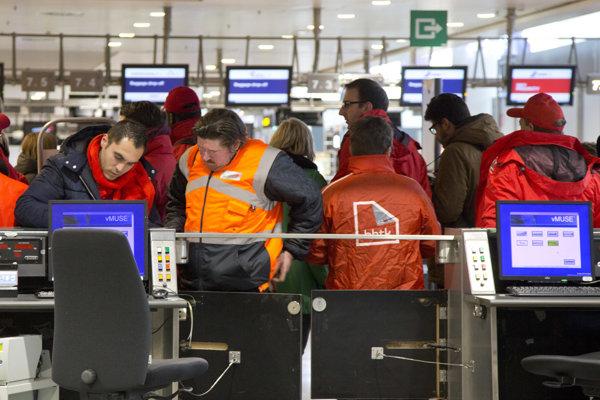 Odborári blokujú priehradky na registráciu pasažierov počas štrajku na letisku v Brseli v roku 2014.