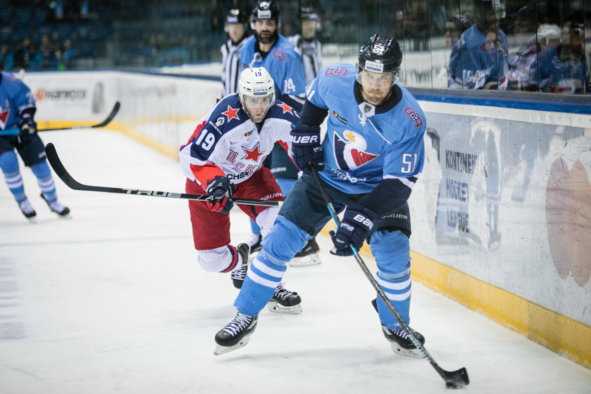 Zľava  Linden Vey z CSKA Moskva a Ivan Švarný z HC Slovan Bratislava počas  hokejového bc527607777
