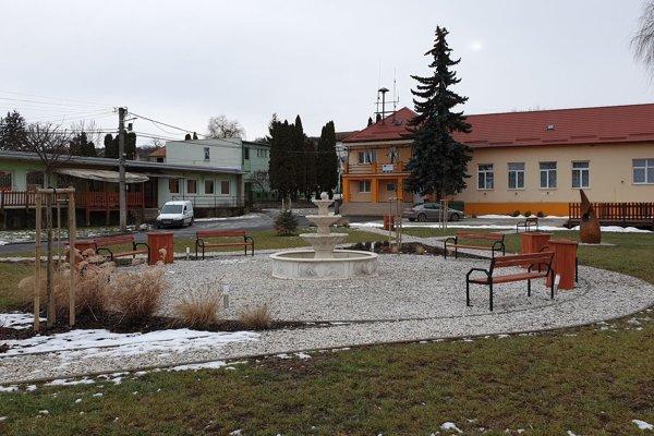 Zrevitalizované priestranstvo pred obecným úradom v Husinej v okrese Rimavská Sobota