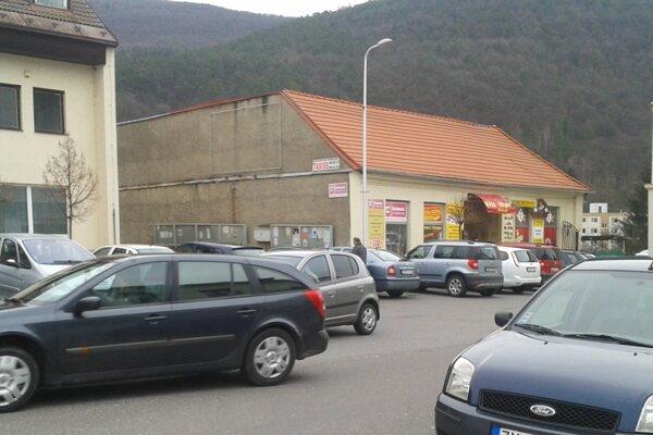 Celkovú situáciu v Novej Bani by malo zlepšiť spoplatnené parkovanie.