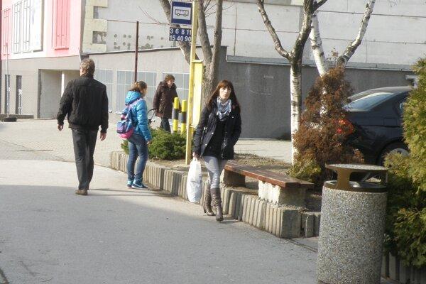 Na zastávke v centre mesta cestujúci zatiaľ nemajú na zastávke prístrešok.