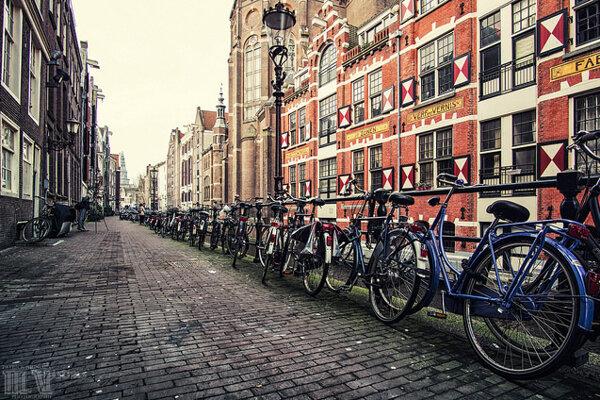 Parkovanie bicyklov v Amsterdame.