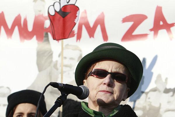 Za Walesu, ktorý stále žije v Gdansku, sa k demonštrantom prihovorila jeho manželka Danuta.