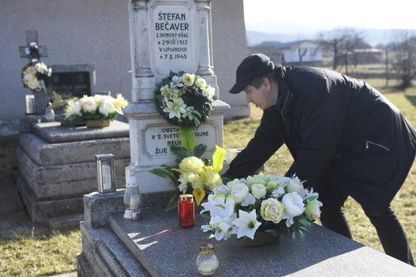 Hrob rímskokatolíckeho farára Štefana Bečavera je vo Svinici za kostolom.