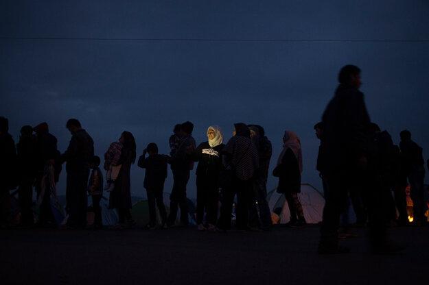 Utečenci čakajú na jedlo od mimovládnych organizácií na grécko-macedónskych hraniciach.