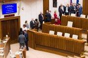 Poslanci volia kandidátov na ústavných sudcov.