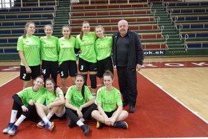 Košické basketbalistky s trénerom V. Karnayom, ktoré postúpili na majstrovstvá sveta stredných škôl.