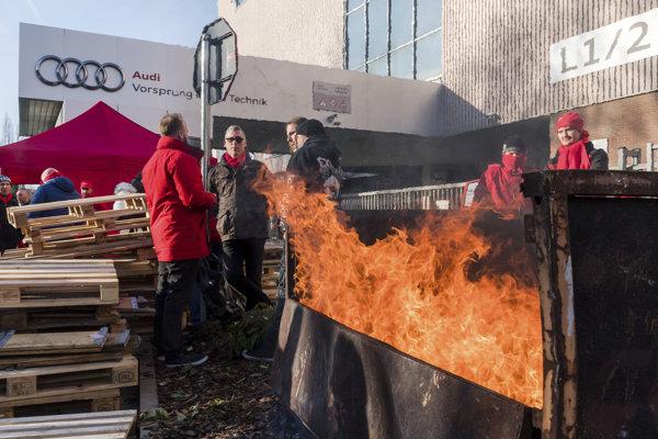 Zamestnanci Audi blokujú vchod do bruselského závodu počas celoštátneho štrajku.