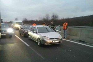 Diaľnica D2 v smere od Malaciek do Bratislavy je pre dve nehody uzavretá.