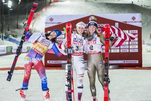 Zľava Petra Vlhová, Viktoria Rebensburgová a Mikaela Shiffrinová.