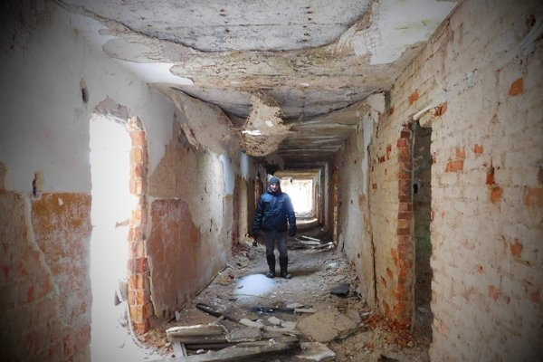 Navštevuje iba budovy, do ktorých sa dá voľne dostať. Nič neničí a nič si z miest neodnáša. Okrem filmového materiálu.