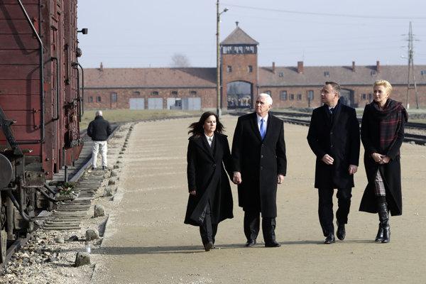 Mike Pence počas návštevy bývalého vyhladzovacieho tábora v Osvienčime.
