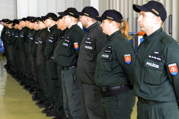 Z bratislavského letiska do Grécka odletelo dnes 20 slovenských policajtov, ktorí tam budú pomáhať pri zvládaní migračnej krízy.