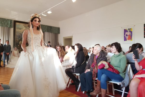 V svadobných šatách a s partou.
