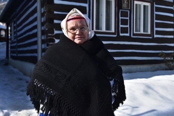Helena Galiková pred drevenicou, kde sídli múzeum v Lendaku, ktoré založila.